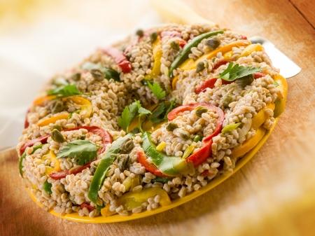 alcaparras: dona espelta con alcaparras y el perejil pimiento, comida vegetariana