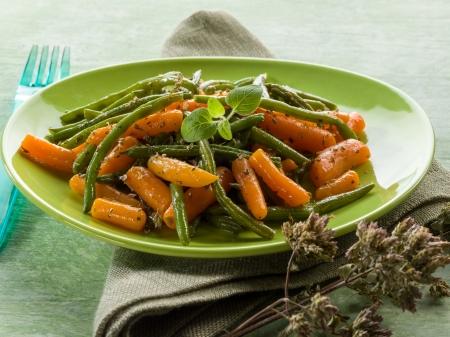 grüne Bohnen mit Karotten und Oregano Salat Lizenzfreie Bilder