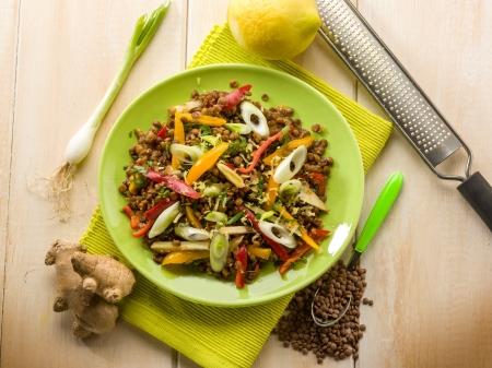 lenteja: ensalada de lentejas con pimiento y cebolla jengibre lim�n rallada Foto de archivo
