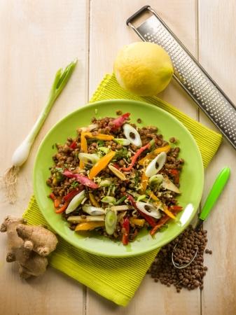 lentejas: ensalada de lentejas con pimiento y cebolla jengibre limón rallada Foto de archivo