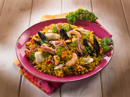 mejillones: paella de pescado traditonal