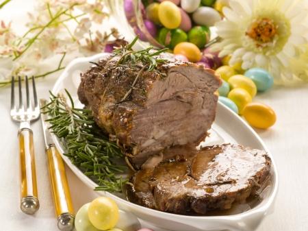 Gebratenes Fleisch über Ostertisch Standard-Bild - 17149391