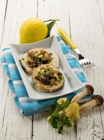 pez espada: pez espada a la plancha con setas y cáscara de limón