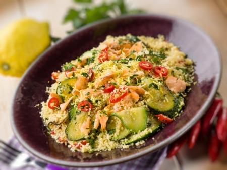 marocchini: cuscus con zucchine salmone fresco e peperoncino caldo, fuoco selettivo