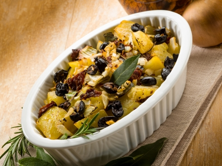 baked potatoes: baked potatoes with dried tomatoes and black olives