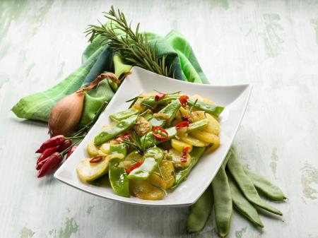 Kartoffelsalat mit flachen grünen Bohnen