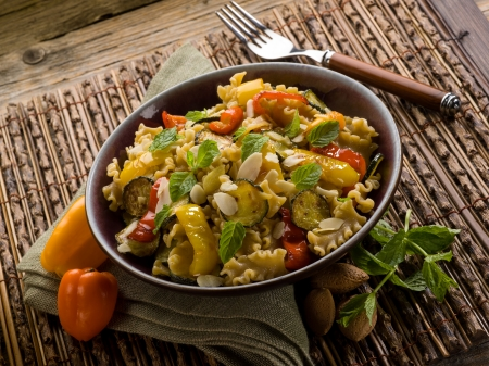 integral: pasta with capsicum zucchinis and sliced almond