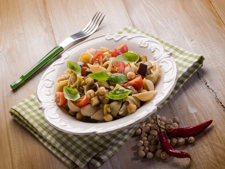 Salade de pâtes froides avec des pois chiches d'aubergines et tomates fraîches Banque d'images - 30264460