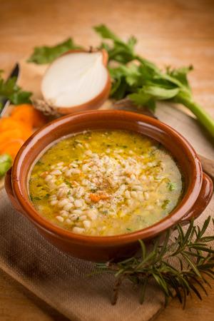 cebada: sopa de cebada con verduras Foto de archivo