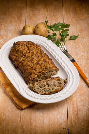 albondigas: pastel de carne con patatas y perejil