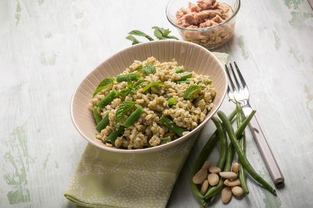 ejotes: ensalada de arroz frío con greenbeans atún de almendras y menta Foto de archivo