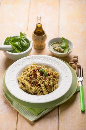 pasta met pesto pistache en gedroogde tomaat Stockfoto