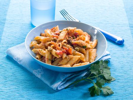 alcaparras: pasta con anchoas alcaparras y tomates