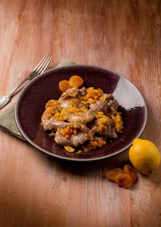 legumbres secas: conejo asado con verduras y albaricoques secos Foto de archivo