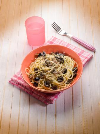 alcaparras: espaguetis con anchoas aceitunas negro miga y alcaparras