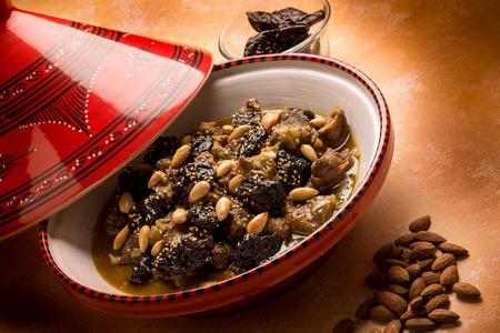 ciruelo: tajine con la almendra de ciruela carne y semillas de sésamo