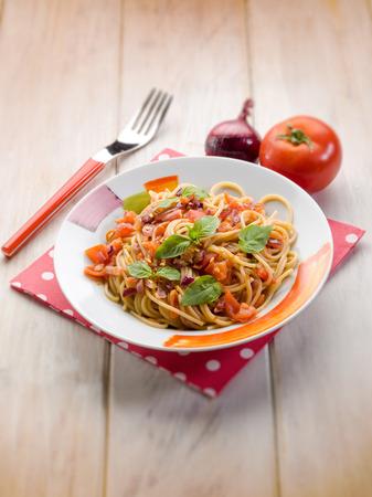 queso blanco: espaguetis con cebolla fresca de tomate rojo y chile picante, enfoque selectivo Foto de archivo