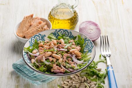 Salat mit Thunfisch-Cannellini-Bohnen, Rucola und roten Zwiebeln Standard-Bild
