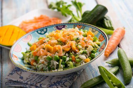 Ensalada de arroz con mango de salmón ahumado y vegetales mixtos