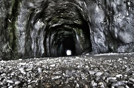 냉각 된 용암의 매끄러운 표면을 보여주는 오래된 슬레이브 흐름 동굴. 가로 쐈어. 스톡 콘텐츠 - 7342863