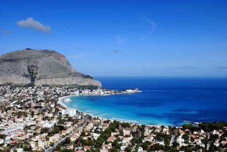 De schitterende kleuren van de zee van de Golf van Mondello in Palermo (Sicilië, Italië)