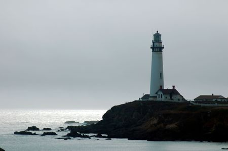 california coast: Faro en la costa norte de California