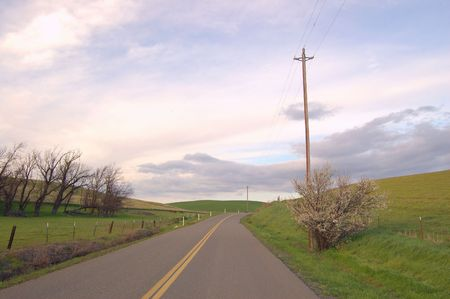 country road on a cloudy spring afternoon 版權商用圖片