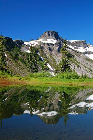 산 피크는 호수에 반영 스톡 콘텐츠