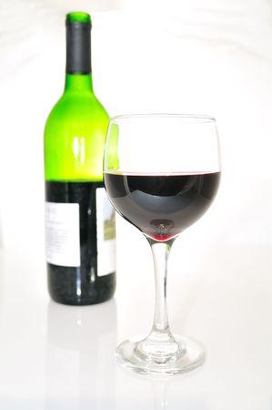 赤ワインのグラスとボトル