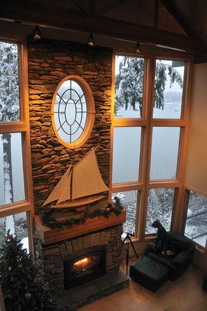 camino natale: soggiorno di una casa di lusso in inverno con un fuoco nel camino