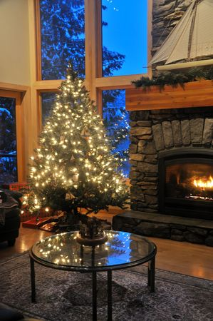 christmas living room with a christmas tree on a snow afternoon Banque d'images