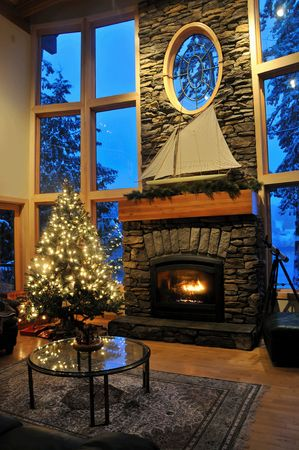 눈 오후에 크리스마스 트리가있는 크리스마스 거실 스톡 콘텐츠
