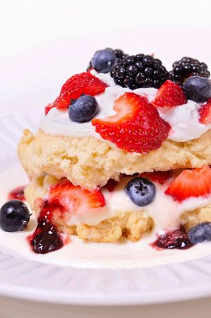 slagroom: gemengde bessen shortcake met slag room Stockfoto