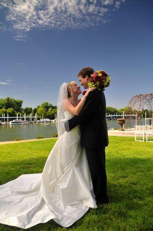 neu zu heiraten, Braut und Bräutigam, bewundern die Sicht auf Ihren Hochzeitstag
