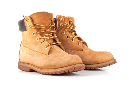 boots: Par de viejas botas de trabajo amarillas aisladas sobre fondo blanco