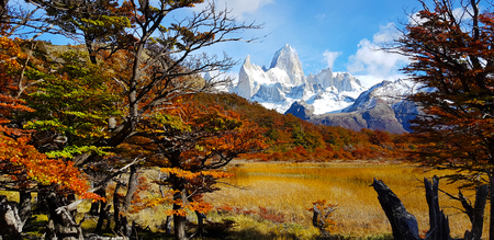 View in the morning of the Patagonian autumn colors. Laguna Capri and Mount Fitz Roy, Argentina Imagens