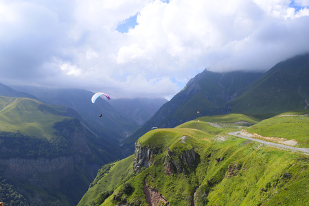 Paragliding in the Gudauri Recreational Area in the Greater Caucasus Mountains in Georgia 版權商用圖片