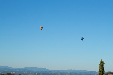 Hot air balloons flying in the Chianti hills, Tuscany, Italy Banco de Imagens