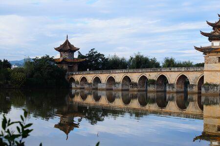 Alte chinesische Brücke. Die alte Shuanglong-Brücke (Siebzehn-Span-Brücke) in der Nähe von Jianshui, Yunnan, China