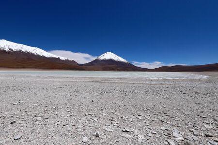 The Laguna Verde and the snow-covered Licancabur volcano, Bolivia. Desert landscape of the Andean highlands of Bolivia Foto de archivo