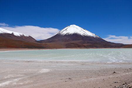 The Laguna Verde and the snow-covered Licancabur volcano, Bolivia. Desert landscape of the Andean highlands of Bolivia Foto de archivo - 140648984