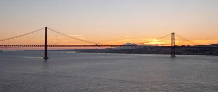 periferia: Ponte 25 de Abril sul fiume Tago, al tramonto, Lisbona, Portogallo  Archivio Fotografico