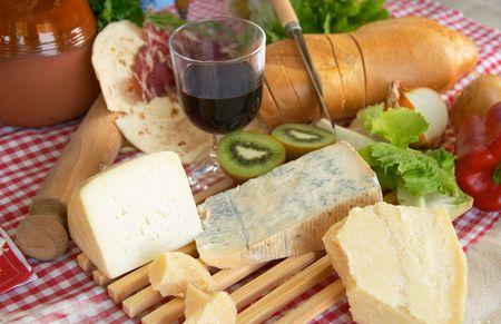 piacenza: Gorgonzola, parmesano, queso de oveja, con vino y pan, alimento italiano t�pico, Piacenza