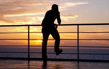 печальный: Мышление силуэт человека и красный закат на пароме
