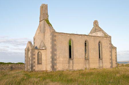 aran islands: Antigua iglesia de Inis M�r, las islas Aran, Irlanda  Foto de archivo