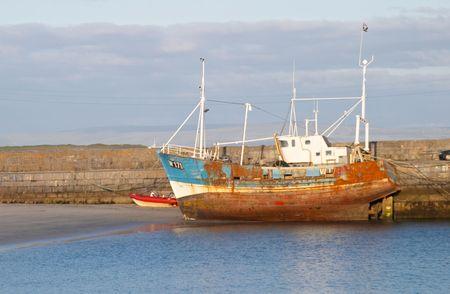 aran islands: Viejo barco de pesca en Inis Mor, las Islas Aran, Irlanda