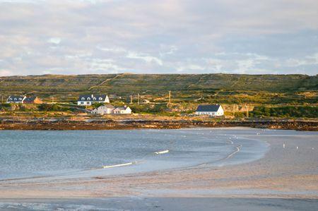 aran islands: Puesta del sol en la playa Inis Mor, las Islas Aran, Irlanda