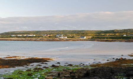 aran islands: Puesta de sol en la playa de Inis M�r, las islas Aran, Irlanda  Foto de archivo