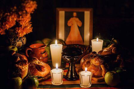 Ofrenda Día de Muertos, Altar Mexicano del Día de Muertos, Velas en una ofrenda México
