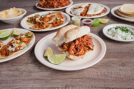 Torta al Pastor und Tacos, mexikanisches Essen in Taqueria Mexiko-Stadt Standard-Bild